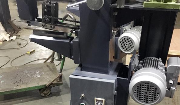 欣灵电气纸盒切角机应用案例
