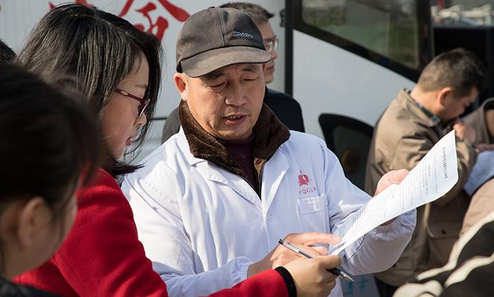 醫護人員為獻血志愿者答疑