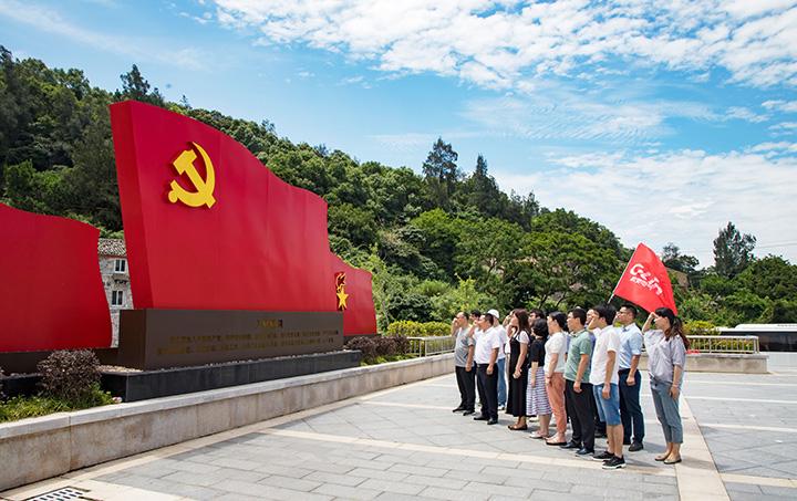 欣灵党员集体宣读誓词