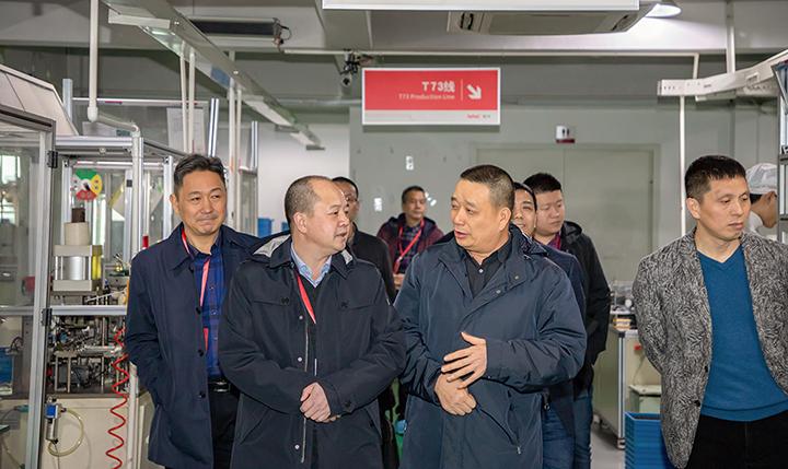 在公司领导陪同下参观自动化生产车间