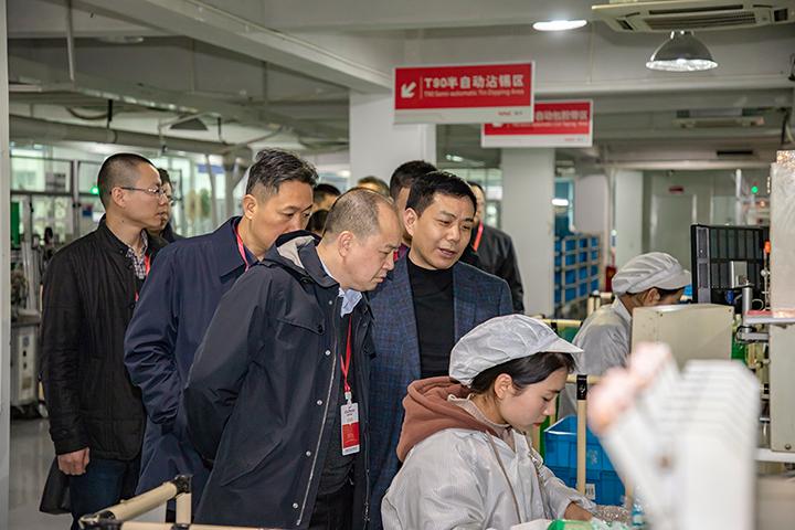 吴松海副书记参观生产线