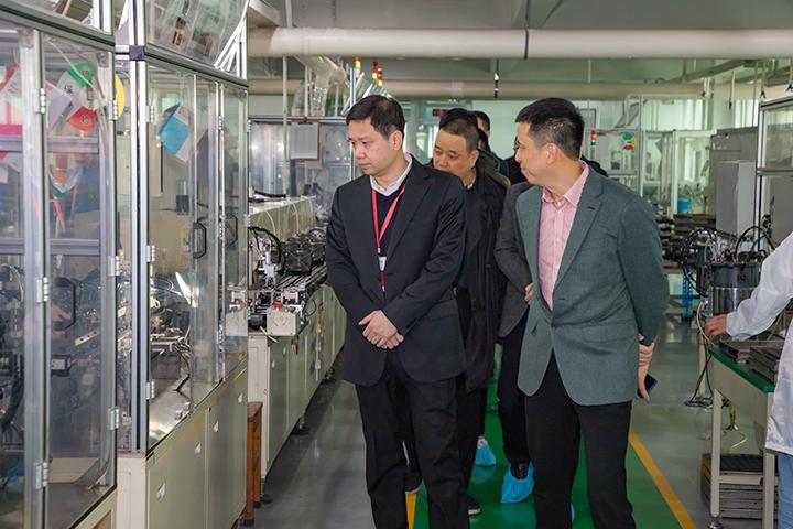 方晖市长参观自动化生产线