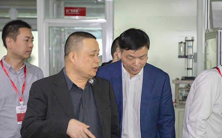 欣灵董事长胡志兴与调研组领导现场交流