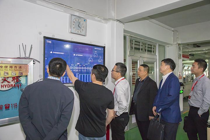 欣灵总裁张彭春为调研组领导介绍生产线上云