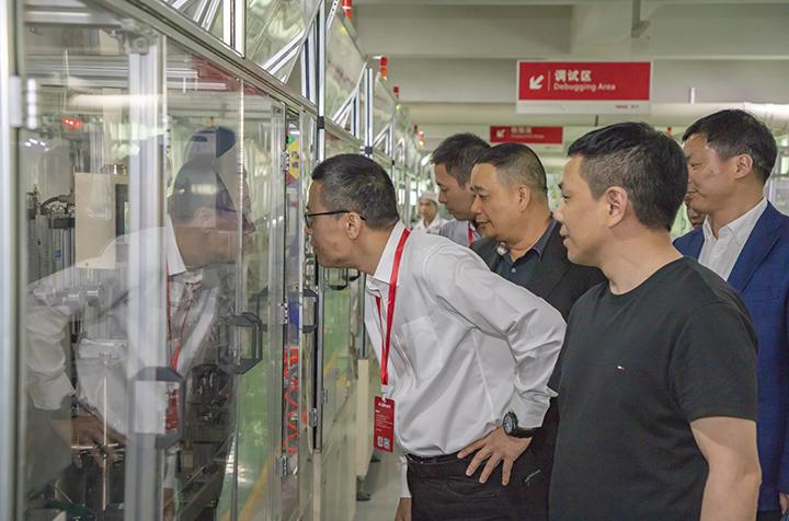 徐海严副市长参观生产设备