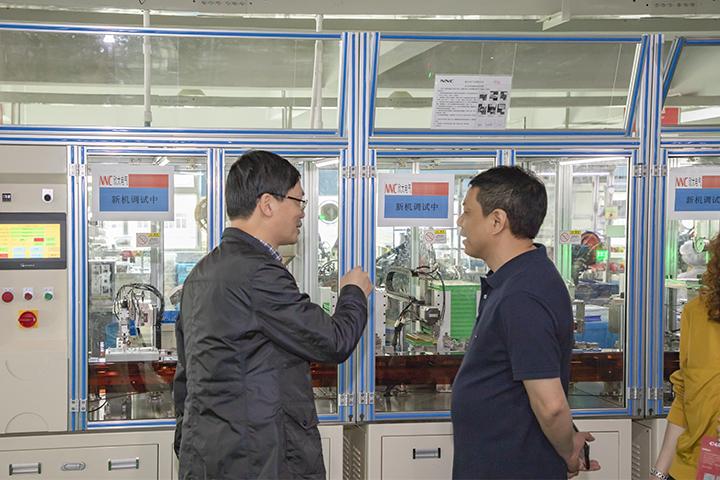 总裁张彭春与调研组领导交流